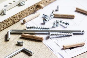 Viele Kleinteile zum Zusammenbau von Möbeln