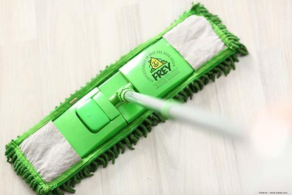 Grüner Wischmop mit Logo Dienstfrey beim Boden wischen